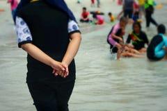 La gente che cammina sulla spiaggia Fotografie Stock Libere da Diritti