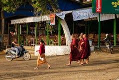 La gente che cammina sulla strada a Mandalay, Myanmar Immagini Stock Libere da Diritti