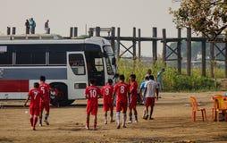 La gente che cammina sulla strada a Mandalay, Myanmar Fotografia Stock Libera da Diritti