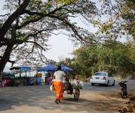 La gente che cammina sulla strada a Mandalay, Myanmar Fotografie Stock Libere da Diritti