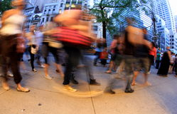 La gente che cammina sulla via Fotografia Stock