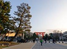 La gente che cammina sulla via al parco principale a Kyoto, Giappone immagini stock