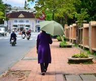 La gente che cammina sulla via in Dalat, Vietnam Fotografie Stock