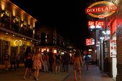 La gente che cammina sulla via di Bourbon alla notte Immagini Stock