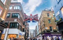 La gente che cammina sulla via di Carnaby a Londra, Regno Unito Immagini Stock Libere da Diritti