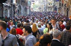 La gente che cammina sulla via di Istiklal a Costantinopoli Immagine Stock Libera da Diritti