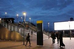 La gente che cammina sulla via moderna della città nella sera Fotografia Stock Libera da Diritti