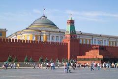 La gente che cammina tramite il quadrato rosso vicino al Cremlino di Mosca, Russi Immagine Stock Libera da Diritti