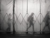 La gente che cammina in tunnel Fotografie Stock