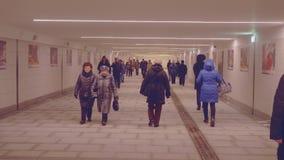 La gente che cammina in tunnel della metropolitana stock footage