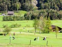 La gente che cammina un gioco sul campo da golf a Engelberg Fotografie Stock