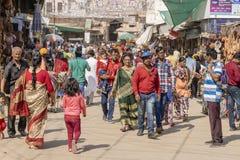 La gente che cammina in una strada di grande traffico nel mercato di strada a città santa Pushkar, Ragiastan, India immagini stock