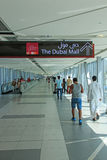 La gente che cammina verso il centro commerciale del Dubai Fotografie Stock Libere da Diritti