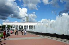 La gente che cammina vicino alla grande fontana a St Petersburg, Unione Sovietica soleggiata Fotografia Stock
