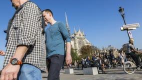 La gente che cammina vicino a Notre Dame Cathedral a Parigi stock footage