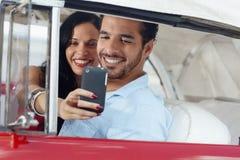 La gente che cattura maschera con il telefono mobile fotografie stock libere da diritti