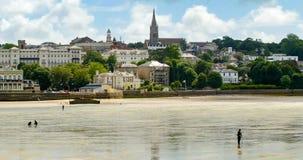La gente che cerca i crostacei alla bassa marea in Ryde, isola di Wight fotografie stock libere da diritti