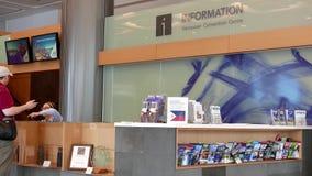 La gente che chiede informazioni al centro congressi di Vancouver stock footage