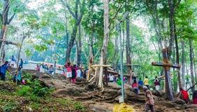 La gente che climping la collina di malayattor per il raggiungimento alla chiesa Malayattoor di StThomas Syro-Malabar fotografia stock libera da diritti