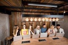 La gente che collabora con i computer portatili Fotografia Stock