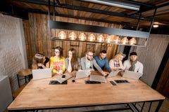 La gente che collabora con i computer portatili Fotografia Stock Libera da Diritti