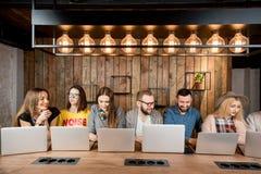 La gente che collabora con i computer portatili Fotografie Stock