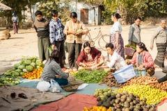 La gente che compera al mercato asiatico Bagan, Myanmar Fotografie Stock Libere da Diritti