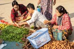 La gente che compera al mercato asiatico Bagan, Myanmar Immagine Stock Libera da Diritti