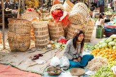 La gente che compera al mercato asiatico Bagan, Myanmar Fotografia Stock