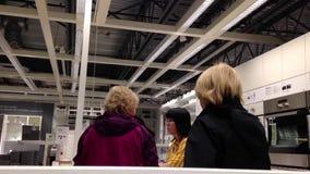 La gente che compera la loro mobilia dentro il deposito di ikea stock footage