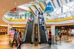 La gente che compera nel centro commerciale di lusso Fotografia Stock Libera da Diritti