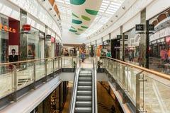 La gente che compera nel centro commerciale di lusso Fotografia Stock