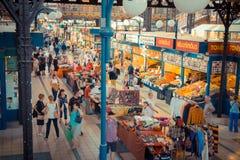 La gente che compera nel mercato centrale Corridoio a Budapest Fotografie Stock Libere da Diritti