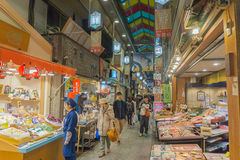 La gente che compera nel mercato di ichiba di Nishiki Fotografia Stock