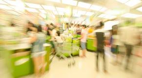La gente che compera nel supermercato, il movimento sfocato Immagini Stock Libere da Diritti