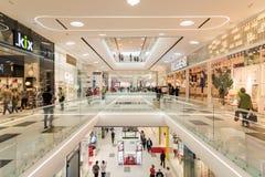 La gente che compera nell'interno di lusso del centro commerciale Fotografie Stock Libere da Diritti