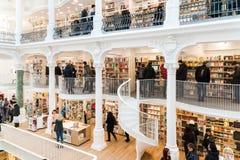 La gente che compera per i libri della letteratura nel centro commerciale delle biblioteche Immagine Stock Libera da Diritti