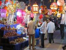 La gente che comperano per le lanterne ed altri oggetti tradizionali sul occa Fotografia Stock