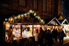La gente che compra al Natale commercializza i regali ed il ricordo tradizionali Fotografia Stock