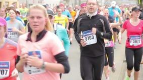 La gente che corre all'evento di mezza maratona stock footage