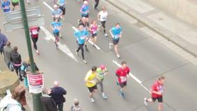 La gente che corre all'evento di mezza maratona archivi video