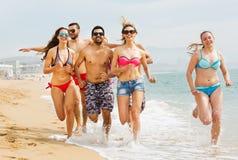 La gente che corre alla spiaggia Fotografie Stock Libere da Diritti