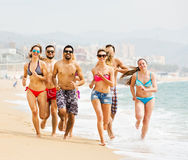 La gente che corre alla spiaggia Fotografia Stock