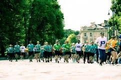 La gente che corre sul oldtown per lo sport immagine stock libera da diritti