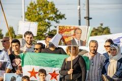 La gente che denuncia gli attacchi aerei siriani sulla duma Immagini Stock