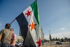 La gente che denuncia gli attacchi aerei siriani sulla duma Fotografia Stock Libera da Diritti