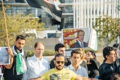 La gente che denuncia gli attacchi aerei siriani sulla duma Immagini Stock Libere da Diritti