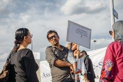 La gente che denuncia gli attacchi aerei siriani sulla duma Immagine Stock