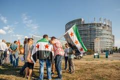 La gente che denuncia gli attacchi aerei siriani sulla duma Fotografia Stock