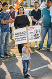 La gente che denuncia gli attacchi aerei siriani sulla duma Fotografie Stock